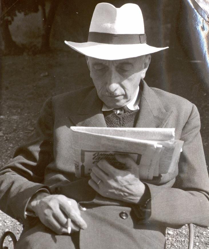 François Mauriac lisant Le Figaro en 1952 dans la cour de Malagar, Coll. Jeanne-François Mauriac, Centre François Mauriac de Malagar.